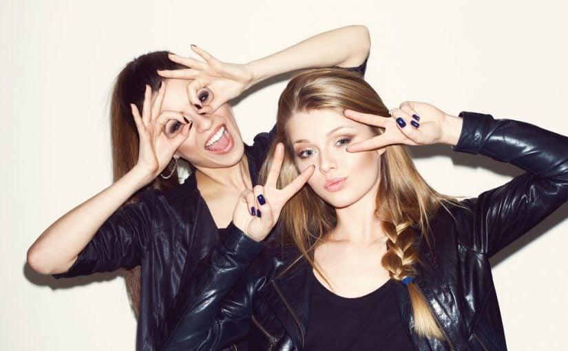 2 unge og moderne kvinder
