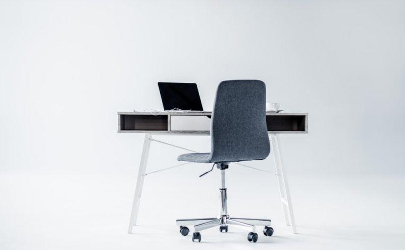 Kontorstol ved skrivebord